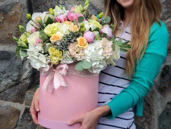 Cutie plină cu flori asortate