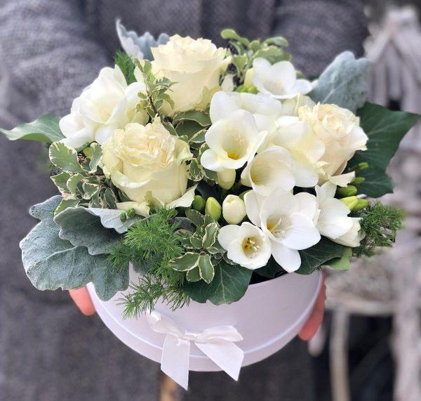 Cutie cu flori albe