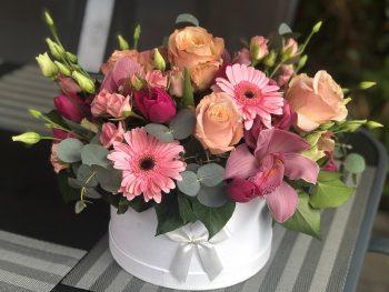 Cutie cu flori în nuanțe de roz-piersică