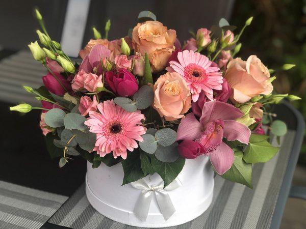 Cutie cu flori în nuanțe de roz-pastel