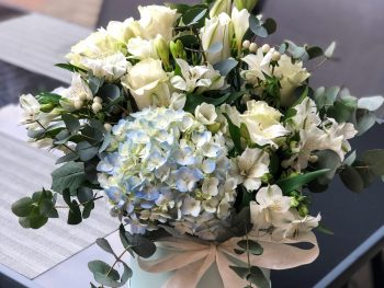 Cutie cu flori albe mixte