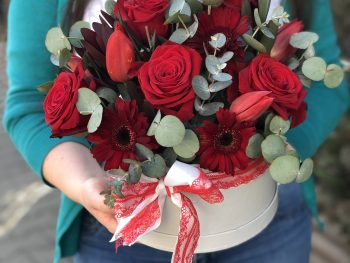 Cutie cu flori roșii