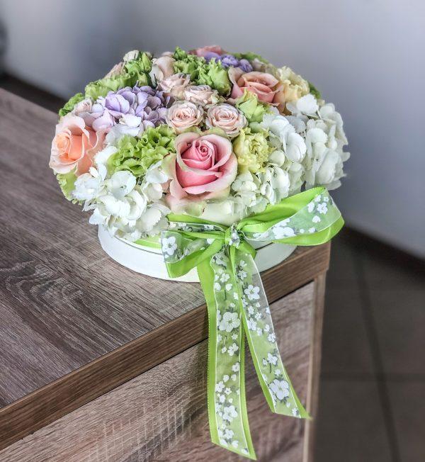 Cutie plină cu flori