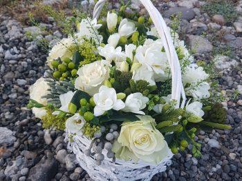 Coș cu flori albe, parfumate de natură