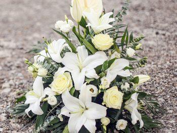 Aranjament cu crin și flori albe