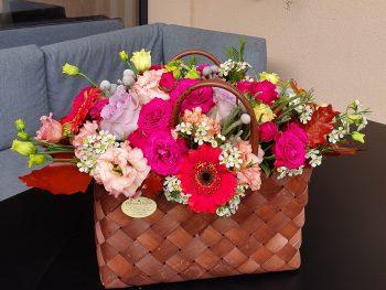 Coș tip geantă împletită cu flori asortate