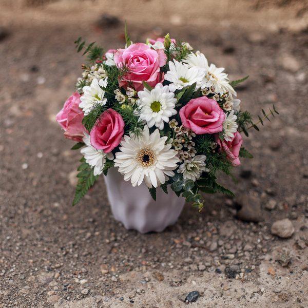 Aranjament rotund în ghiveci din flori la fir