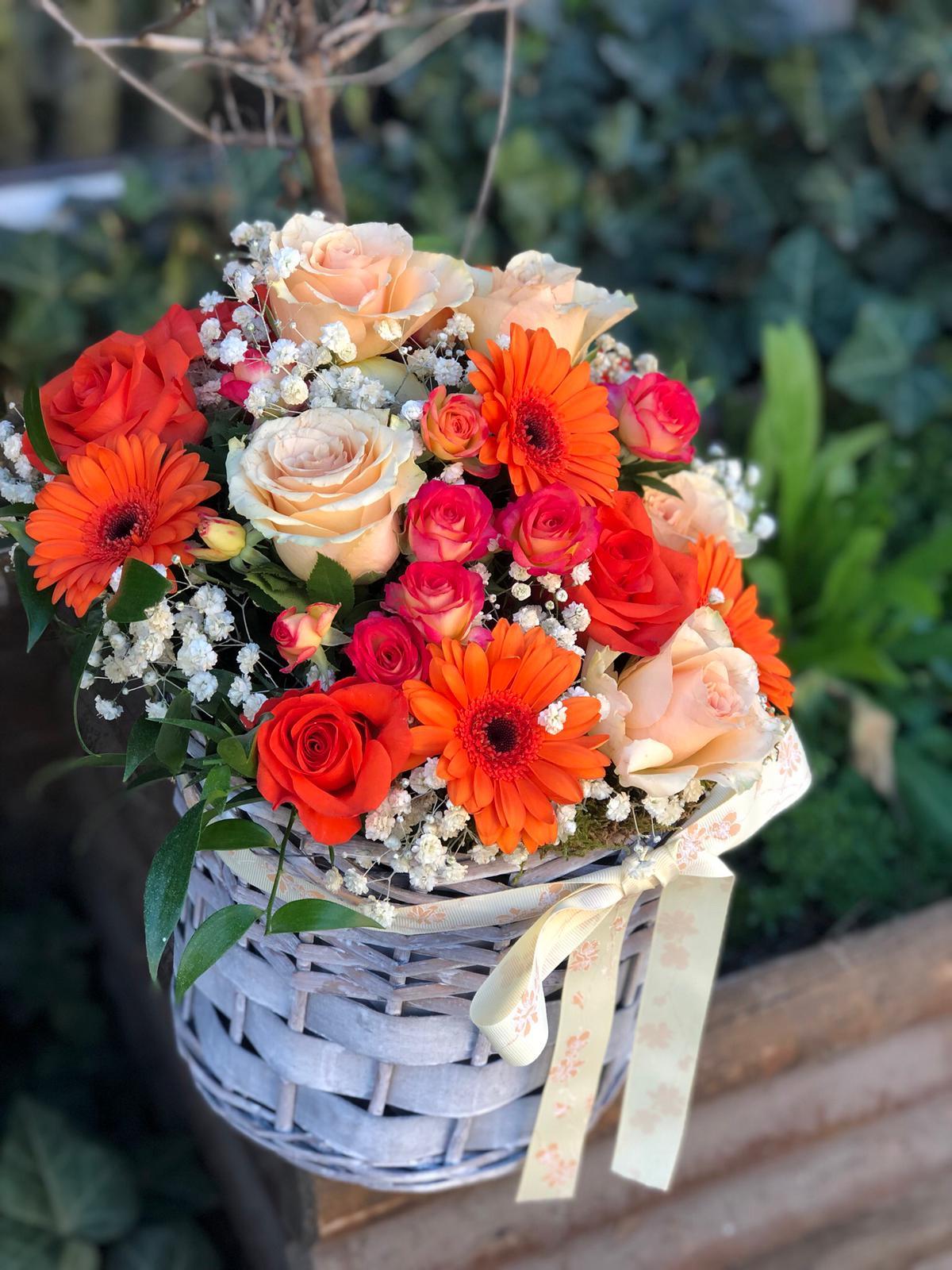 Coș cu flori în nuanțe portocalii
