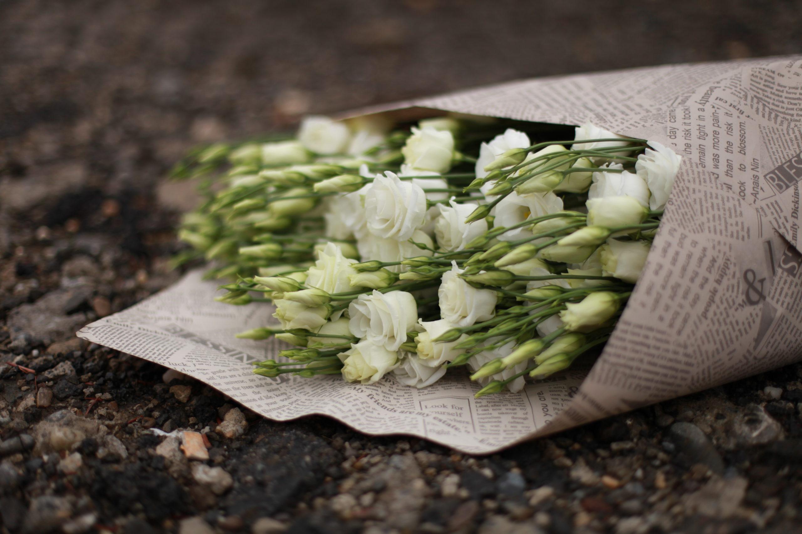 """Buchet """"numai flori"""" în ziar"""
