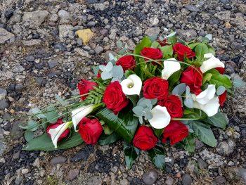 Aranjament pe sicriu cu cale și trandafiri