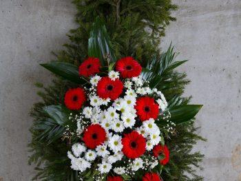 Coroană cu gerbera și crizanteme în burete umed