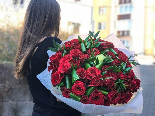 Buchet uriaș din trandafiri cu verdeață