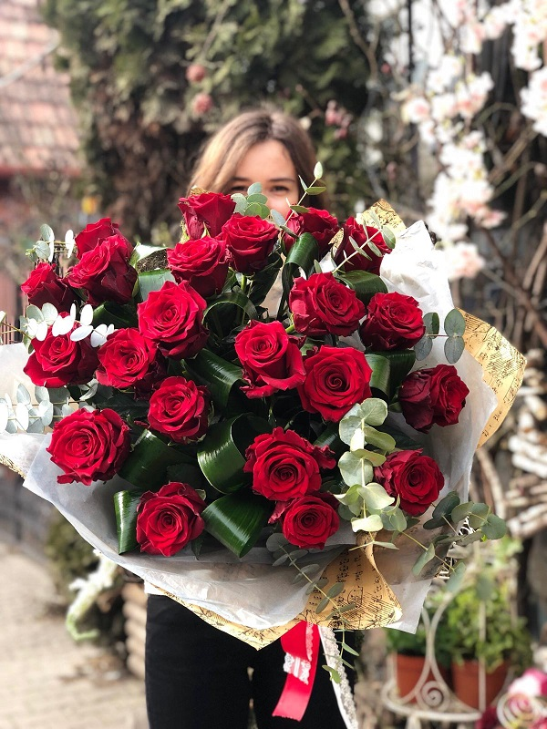 Buchet clasic din trandafiri cu eucalipt