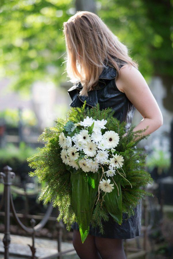 Jerbă funerară rotundă din flori albe