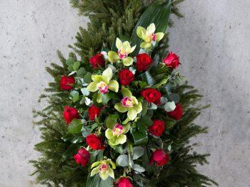 Coroană modernă din orhidee și trandafiri