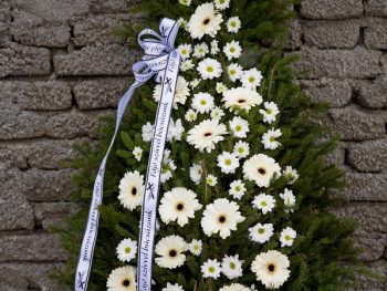 Coroană cu gerbera și crizanteme