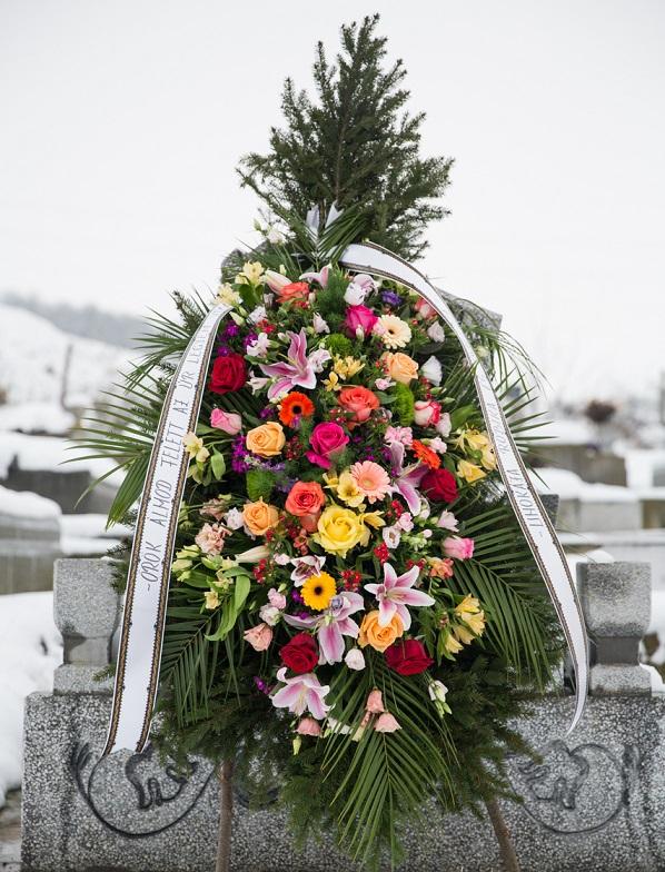Coroană din multe flori asortate
