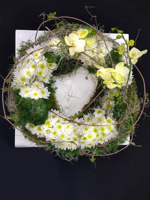 Coroniță cu orhidee și crizanteme
