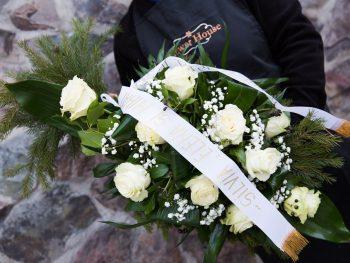 Jerbă funerară din trandafiri