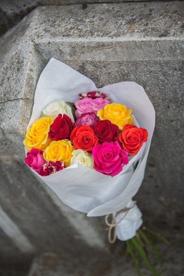 Buchet multicolor din trandafiri
