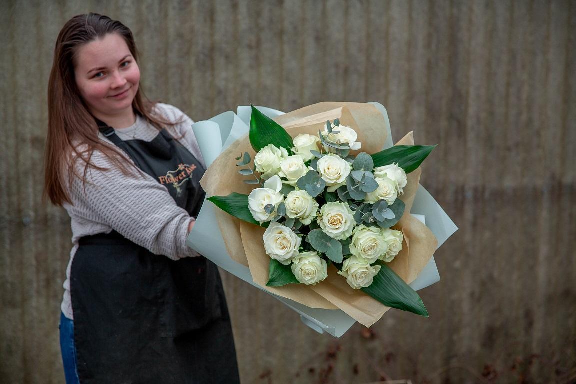 Buchet alb-gri din trandafiri cu eucalipt