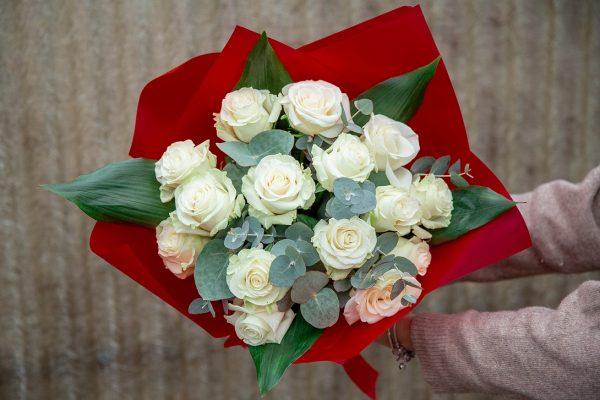 Buchet din trandafiri cu eucalipt