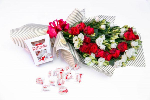 Pachet cu trandafiri, eustoma și Raffaello