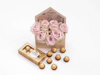 Pachet cu trandafiri în plic și Ferrero Rocher