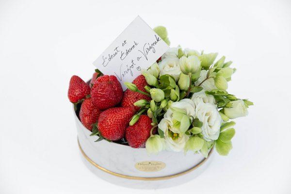 Cutie cu căpșuni și flori albe