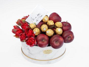 Cutie delicioasă cu lalele și mere roșii