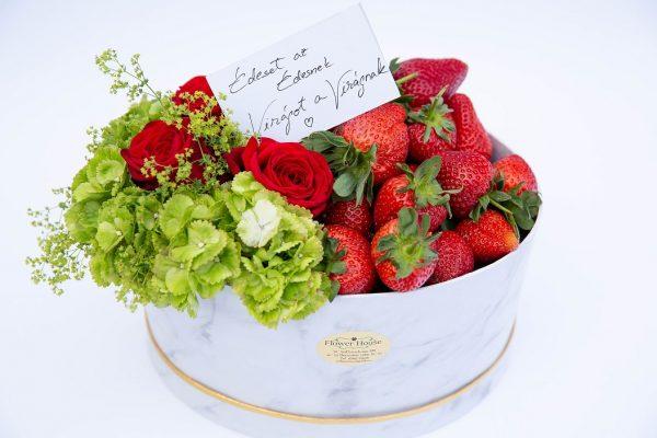 Cutie dulce cu flori și căpșuni
