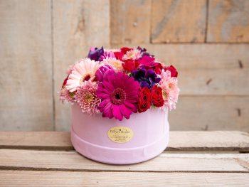 Cutie cu flori în nuanțe feminine