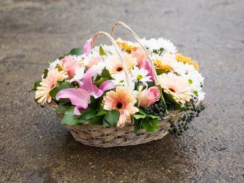 Coș clasic cu multe flori