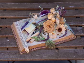 Carte decorativa cu plante uscate și pălăria absolvirii