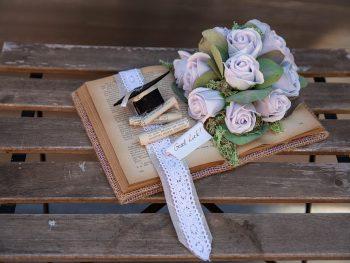 Carte decorativă cu trandafiri de săpun și pălăria absolvirii