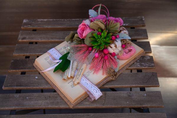 Carte decorativă cu trandafiri criogenați și plante artificiale