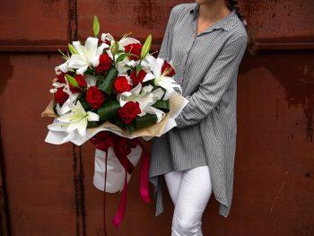 Buchet din crini și trandafiri
