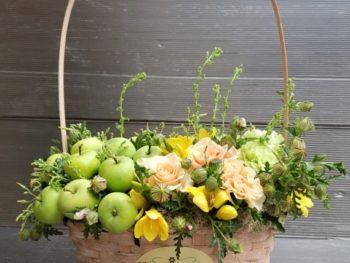 Coș cu mere și flori
