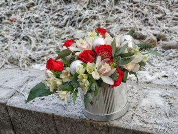 Cutie de iarnă cu flori și globuri