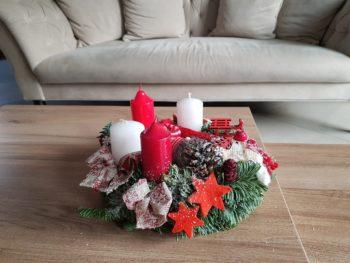 Coroniță Advent în nuanțe de roșu-alb