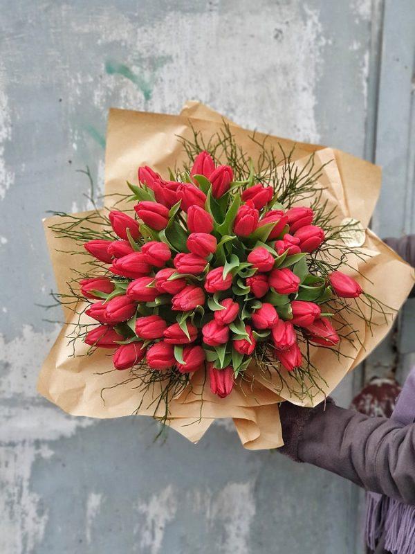 Buchet cu lalele roșii